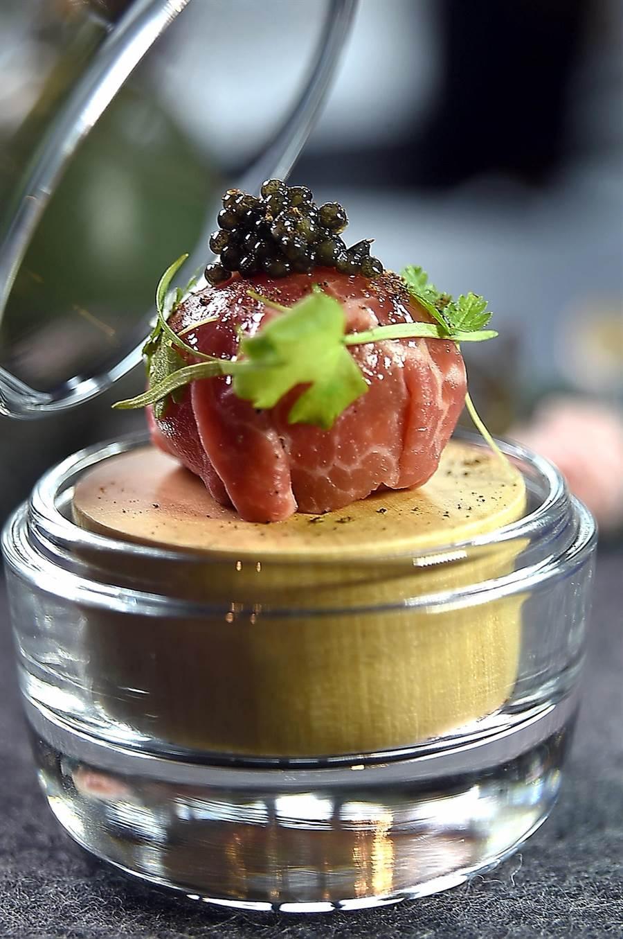 〈RAW〉餐廳的夏季新菜〈牛肉漬蛋〉,是以鹽醃生牛肉包裹著以日式手法醃製的「雞蛋」,並以魚子醬提味,一口咬下就能蹦出黃澄澄蛋黃。(圖/姚舜)