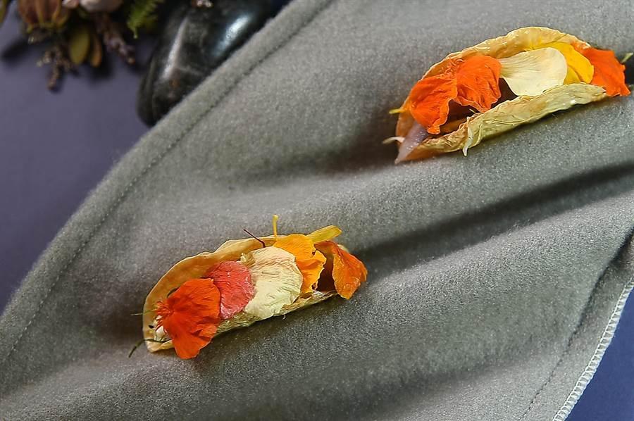 〈RAW〉夏季新菜單中的「逗嘴小食」Amuse Buche〈Tacos X 腐皮壽司〉,放在波浪狀的毛氈盤上出現,別有「藝境」,傳遞了全感官的藝饗體驗。(圖/姚舜)