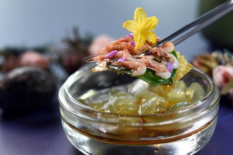 用不會扎嘴的新鮮櫻花蝦搭配用葛粉作的涼粉,並用加了柚子汁提味的日式醬油提味,〈RAW〉的這道新菜融合了中式涼麵與日式蕎麥麵的精神,盛夏品嘗非常消暑。(圖/姚舜)