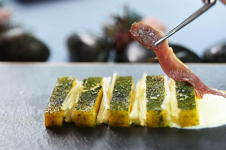 江振誠為〈RAW〉夏季菜單設計的新菜〈蔗燻鴨賞/烏香芒果/芝麻葉〉,靈感來自歐洲人用火腿搭配哈蜜瓜的〈Jamo'n de Jabugo〉吃法,以精準的Fine Food形式傳遞台灣風味。(圖/姚舜)
