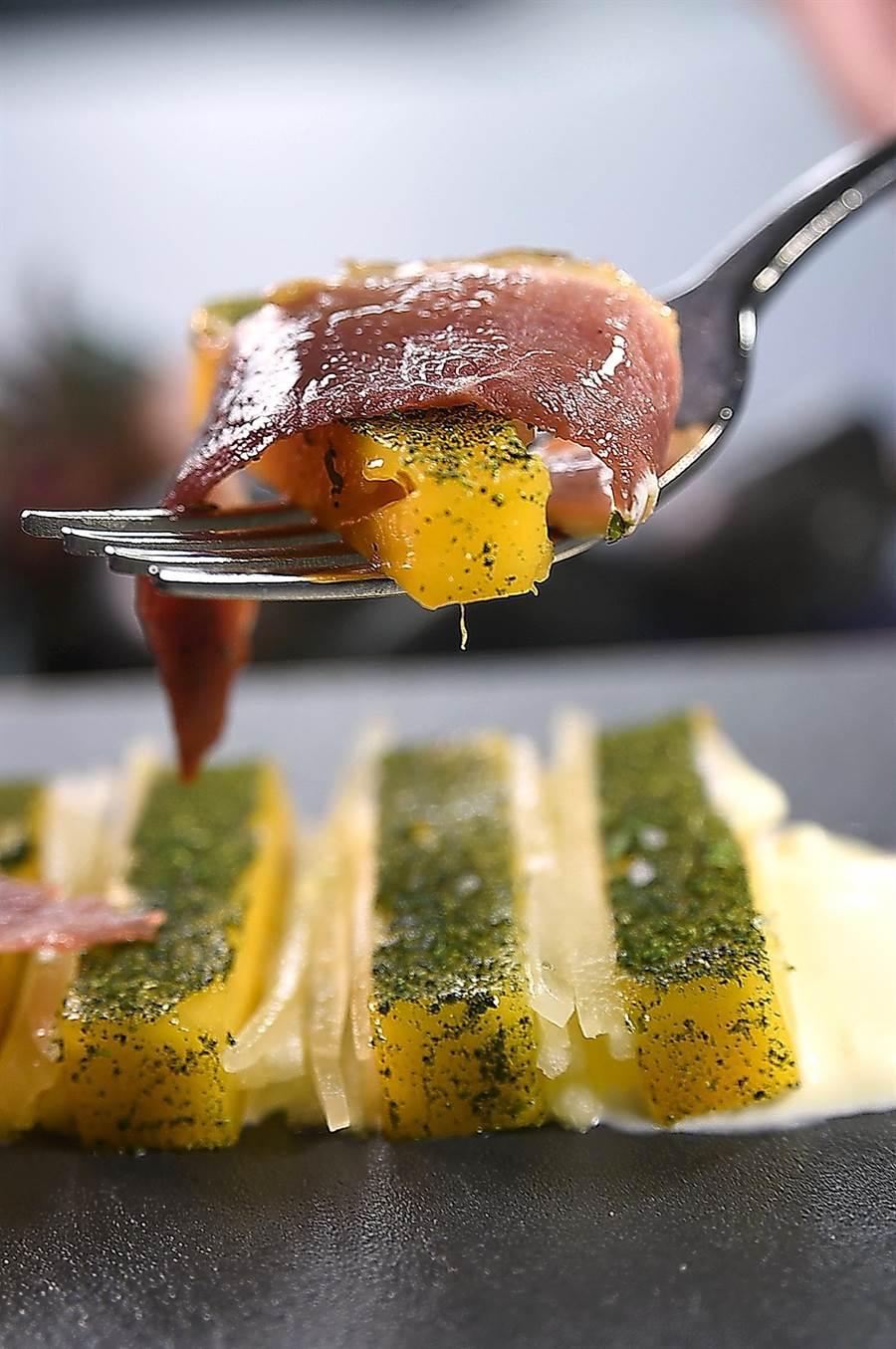〈RAW〉的夏季新菜〈蔗燻鴨賞/烏香芒果/芝麻葉〉,堪稱「台灣版的Jamo'n de Jabugo」,食客可以Fine Food形式感受宜蘭風土。(圖/姚舜)