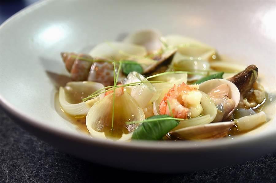 〈甲殼 / 牛尾湯 / 奇亞籽〉是用當歸牛尾湯煨煮台灣珍稀帶殼海鮮,湯中並加了奇亞籽和珍珠洋蔥創造獨特風味與口感。(圖/姚舜)