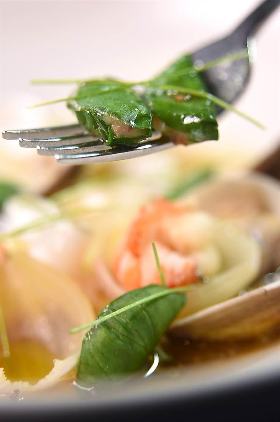 江振誠和Alain黃以倫演繹的菜餚,用「無所不在的細節」精準傳達台灣味。猜猜,圖中葉子裡包的是什麼餡?(圖/姚舜)