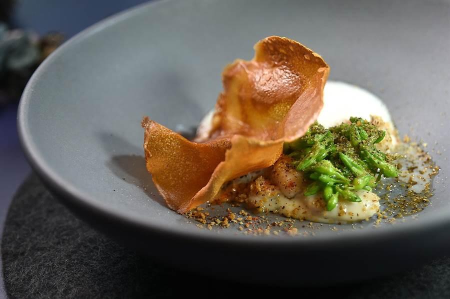 「KOKOTXAS」是西班牙人傳統料理鱈魚下巴近喉部位魚肉的廚技,工序包含了燒烤、油封與油浸,〈RAW〉主廚Alain用此技法烹製鮮嫩的田雞腿,並用帶有玉荷包香氣的醬汁提味,且搭配了用濃縮雞湯製的鍋巴片。(圖/姚舜)