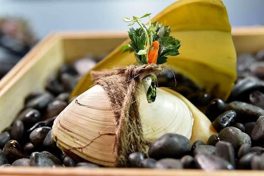 〈RAW〉夏季新菜〈 「大蛤飯 / 糕渣 / 鰹魚〉中的大蛤飯,是將糯米填入大蛤蜊殼中炊煮成菜,這是澎湖古早捕漁人家的傳統料理方式。(圖/姚舜)