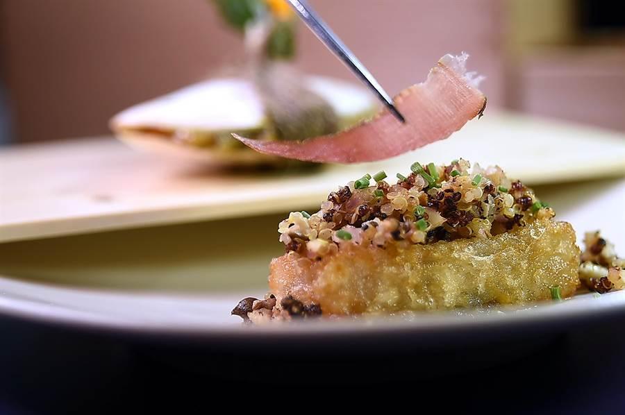 〈RAW〉夏季新菜〈 「大蛤飯 / 糕渣 / 鰹魚〉中的糕渣,也是現今江振誠居住地宜蘭的傳統美食。(圖/姚舜)