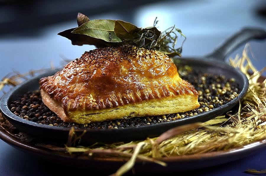 江振誠和Alain都喜歡台灣街頭美食〈胡椒餅〉,於是〈RAW〉餐廳夏季菜單上就有了用法式傳統肉派(Paten croute)技法演繹的菜式〈黑豚 / 朝鮮薊 / 黑豆〉啦。(圖/姚舜)