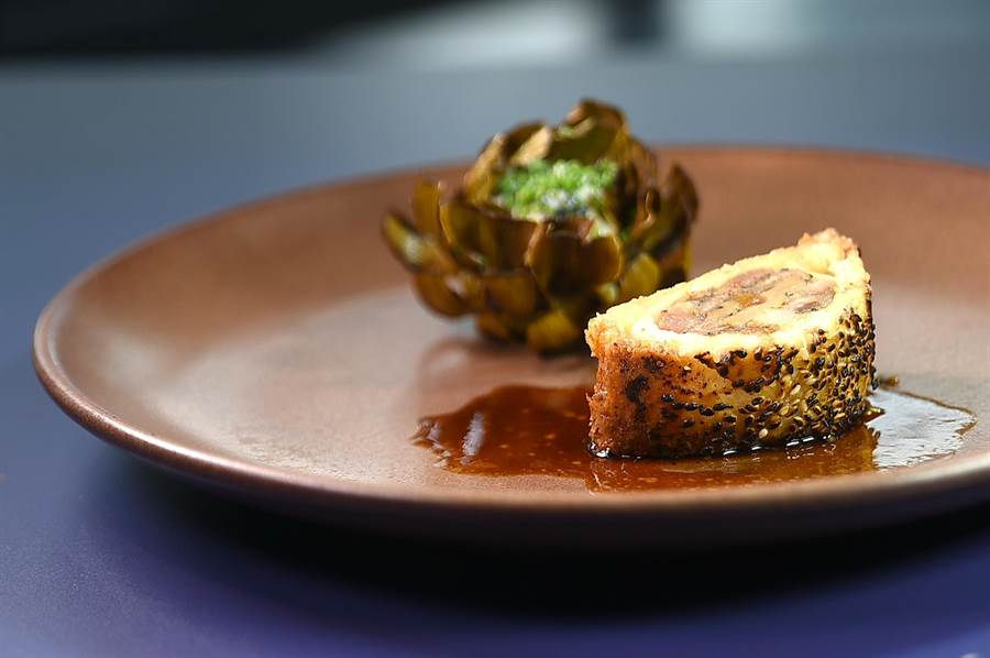 創作靈感來自台灣街頭小吃〈胡椒餅〉的〈黑豚 / 朝鮮薊 / 黑豆〉,分切呈盤上桌,形色味皆很誘人。(圖/姚舜)