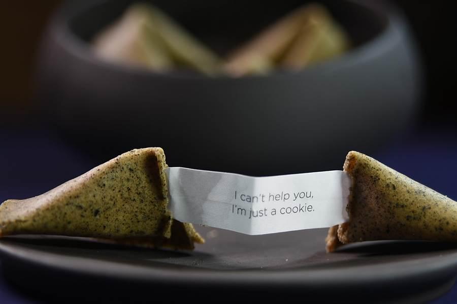 〈RAW〉餐廳夏季菜單的餐後佐茶/咖啡小點是幸運餅乾,藏在餅乾中的字條文案看了讓人會心一笑。(圖/姚舜)