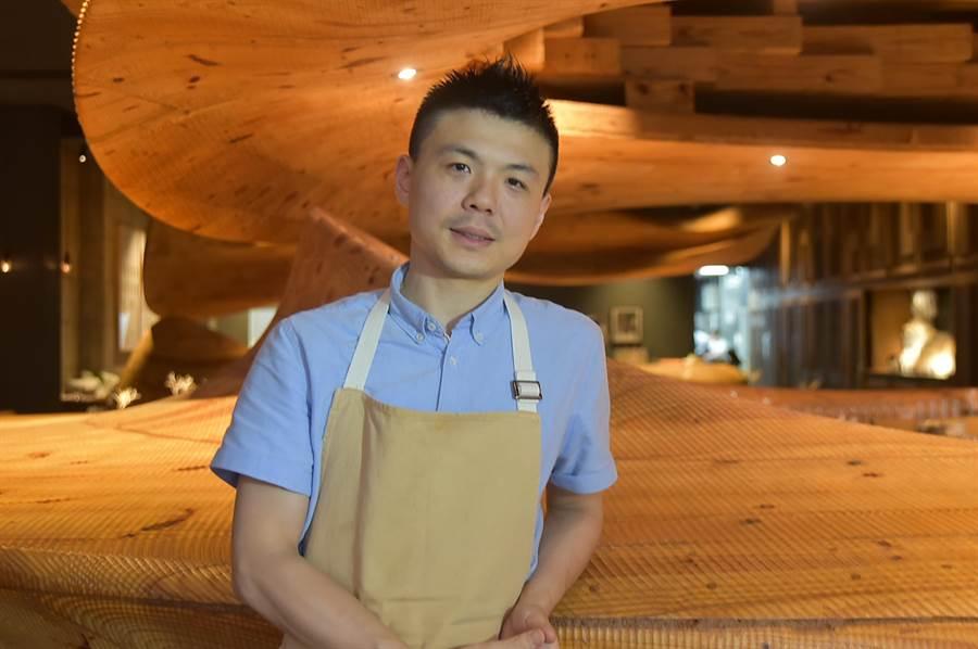 經過時間焠煉與不斷挑戰自我,〈RAW〉餐廳主廚Alain黃以倫的廚藝技法和料理思維更臻成熟與大器。(圖/姚舜)