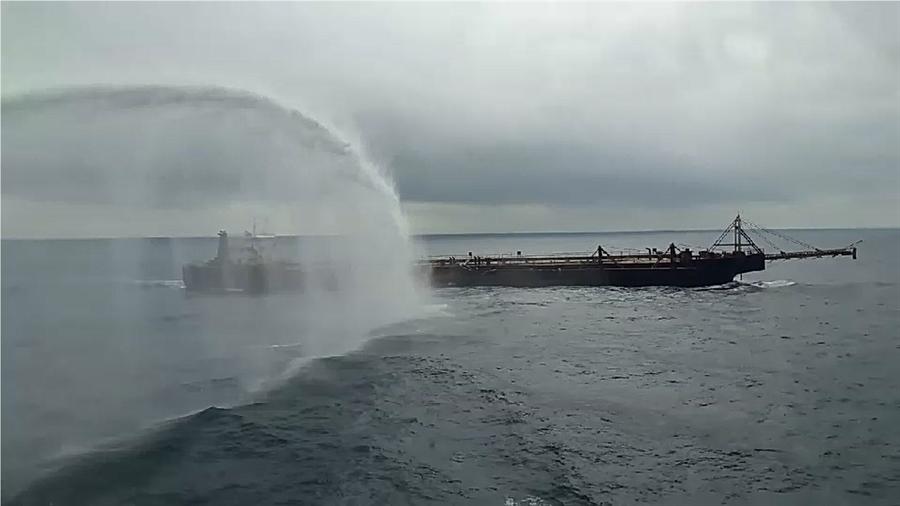 高雄舰的水砲射程约100公尺,持续对违法抽砂船射击直到该船离去。〈戴志扬翻摄〉