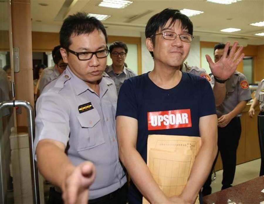 2018年9月25日,江明學持毒被逮,訊後步出北檢,臉上掛著詭異笑容。(中時資料照 陳君瑋攝)