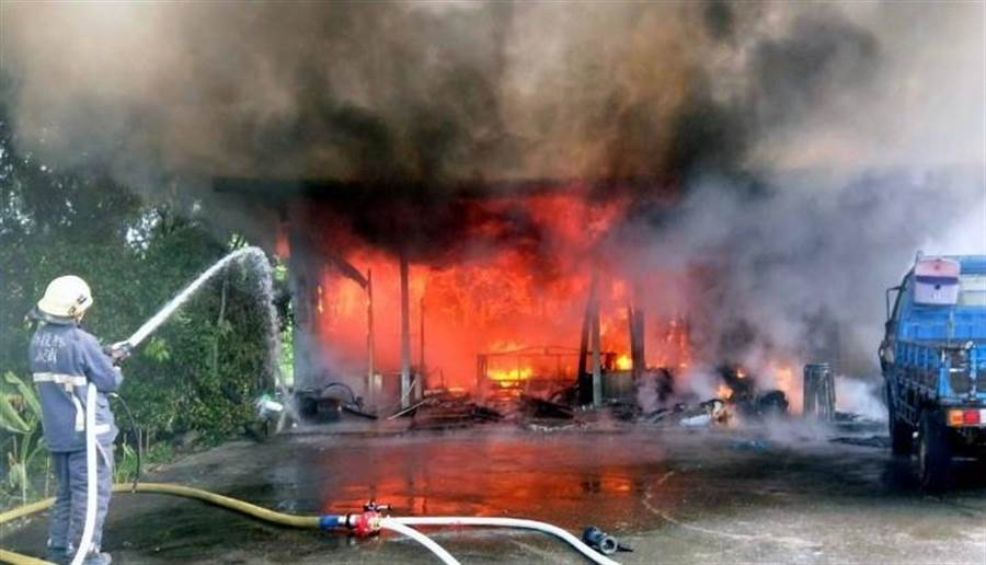▲竹山鎮延正路鐵皮屋民宅發生火警,火勢一發不可收拾,馬上陷入一片火海之中。(消防提供)