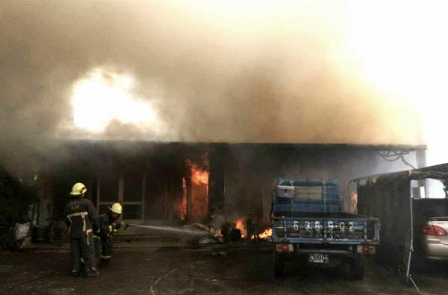 ▲竹山鎮發生的民宅火警,火焰夾帶濃煙直沖天際,消防人員緊急施以灌救情形。(消防提供)