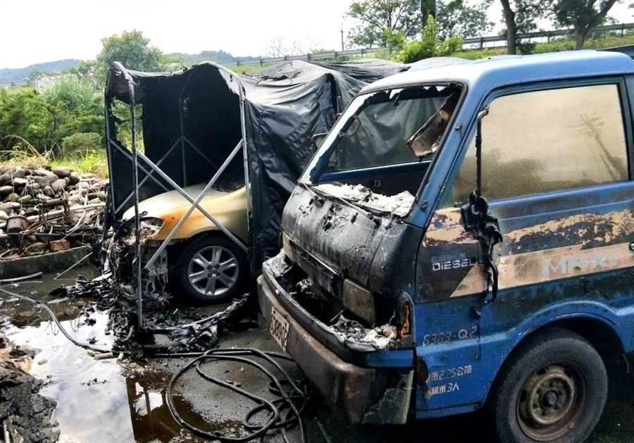 ▲竹山鎮國道3號高架橋下住宅火警案,現場被波及的自小客及自小貨車。(消防提供)