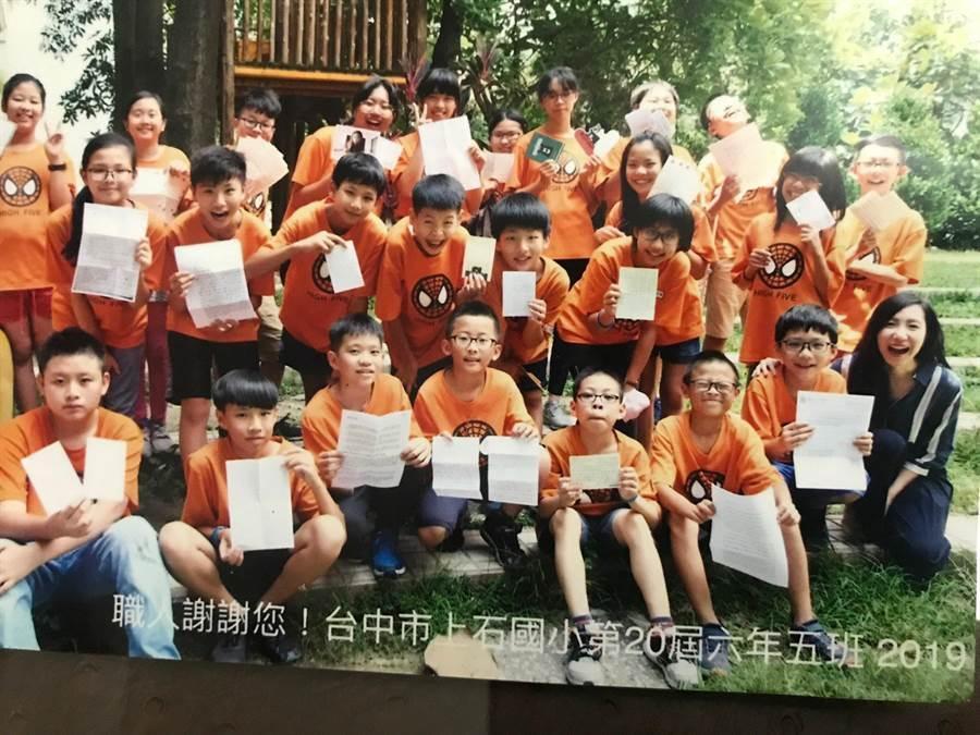 台中市上石國小老師和小六學童今年3月寫信給管中閔,請教台灣經濟問題,獲得管中閔親自回文,讓師生感動不已。(翻攝管中閔臉書)