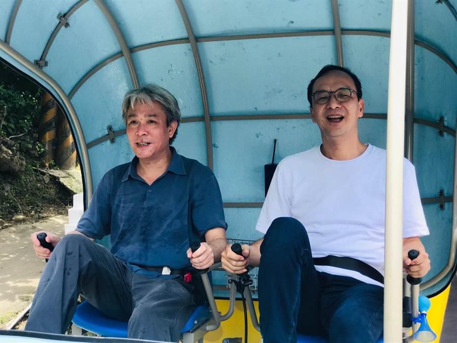 針對民調始終排行黨內老三,前新北市長朱立倫(右)今(18)日到瑞芳騎鐵道自行車時表示,他們3位主將都能贏過蔡英文總統與台北市長柯文哲。(張穎齊攝)