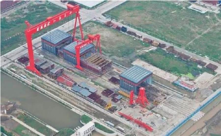 網上曝光的照片顯示,003型航母可能採用了巨型總段建造技術。(網路)