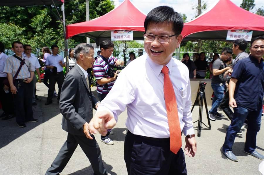 交通部長林佳龍被綠營基層點名「對戰沈智慧」,林佳龍以「今天不談選舉」避答,即以趕行程為由離去。(王文吉攝)