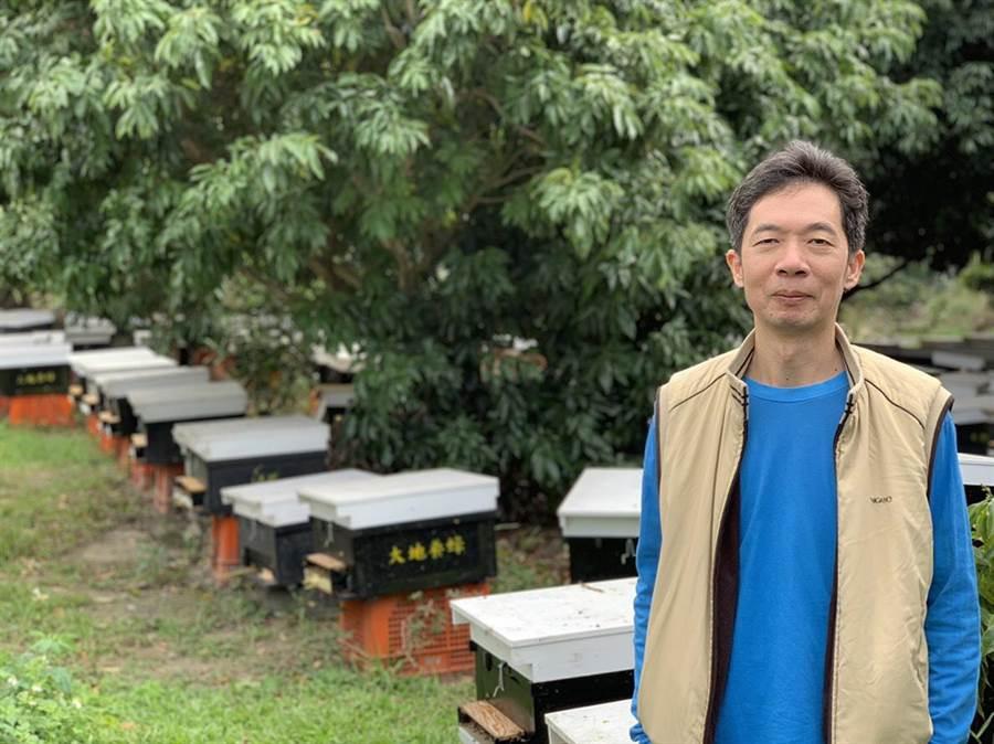 蜂農蔡聖朗學習蜜蜂採收花蜜餵飽自己,多餘的與人類分享的精神,擔任南台中家扶中心扶幼楷模獲表揚。(盧金足翻攝)