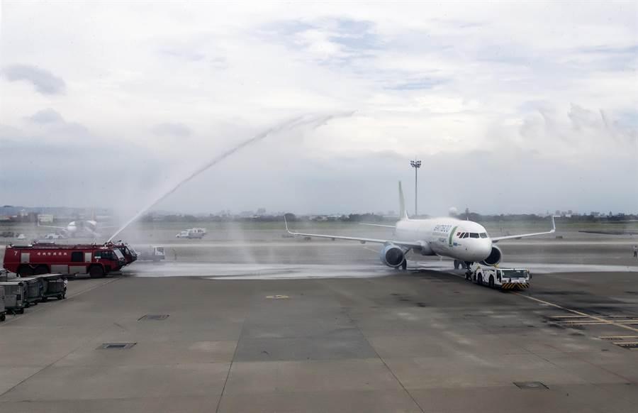 越竹航空(Bamboo Airways)將台灣設定為國際航線的首要發展市場,於18日正式首航國際航線「台北直飛峴港」航班,下午首航航班出發時,桃園國際機場也以灑水儀式慶祝開航。(陳麒全攝)