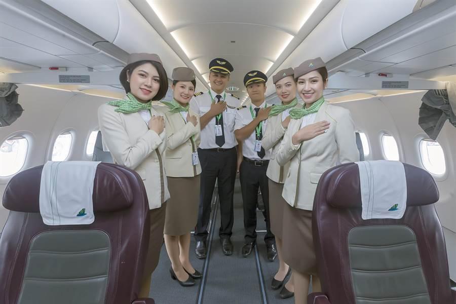 親切地機長與空服員比出「你好」的手勢,歡迎旅客登機,飛往越南中部城市峴港。(陳麒全攝)