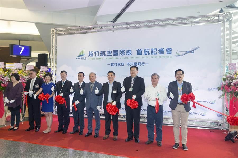 越南最新成立的越竹航空公司(Bamboo Airways),跨出越南的第1條國際航線,18日中午首航飛抵桃園機場,越竹航空台灣區總代理慶澤旅遊在第1航廈舉辦盛大的首航剪綵儀式。(陳麒全攝)