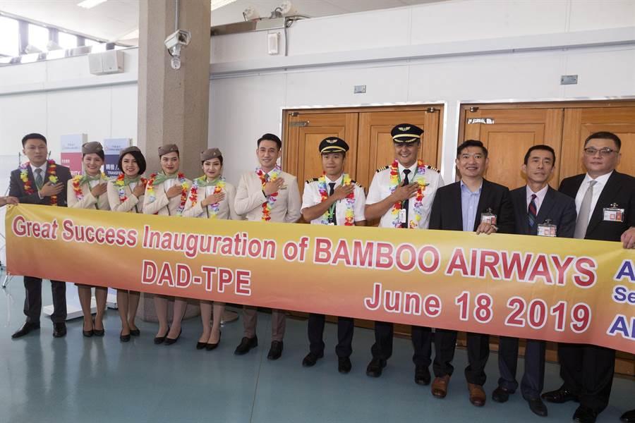 越南最新成立的越竹航空公司(Bamboo Airways),跨出越南的第1條國際航線,18日中午首航飛抵桃園機場。(陳麒全攝)