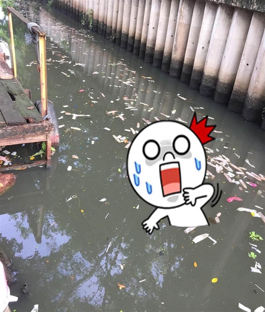 噁心愛之河! 泰河竟漂上百保險套(圖片取自/นาย อร่อย อูมามิ Facebook)