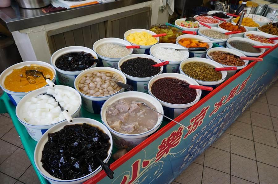 小樂涼冰店採自助式經營,提供30餘種配料任選,每碗只要55元。(王文吉攝)