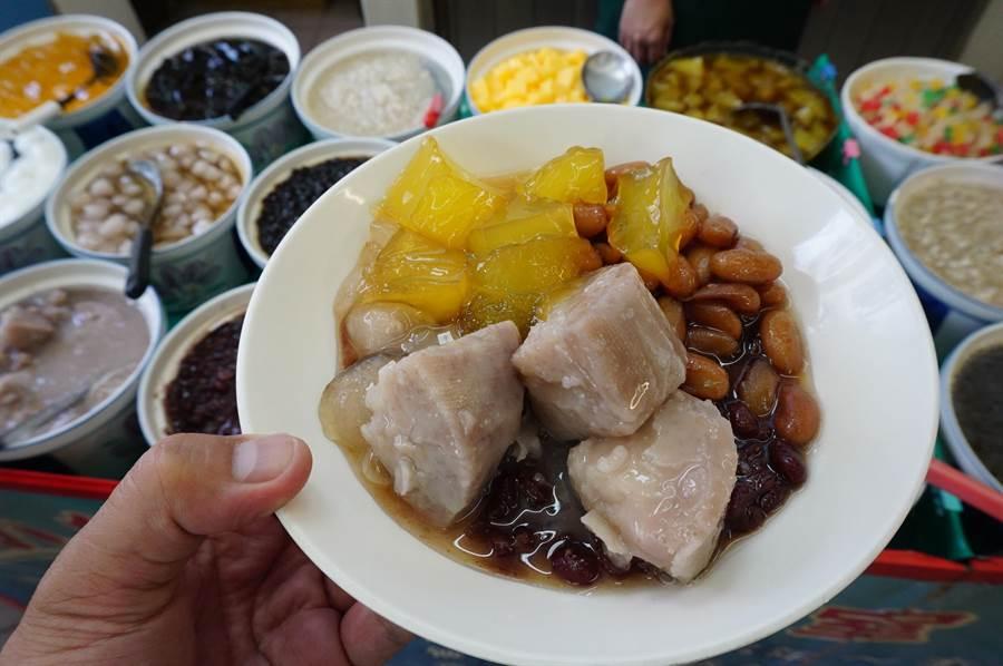 小樂涼的蜜芋頭、地瓜、布丁、芋圓、粉粿等全是店家自製。(王文吉攝)