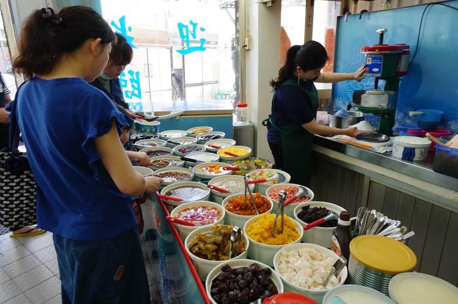 創業30年的小樂涼冰店,以料好實在著稱,每逢夏日午後,顧客絡繹不絕。(王文吉攝)
