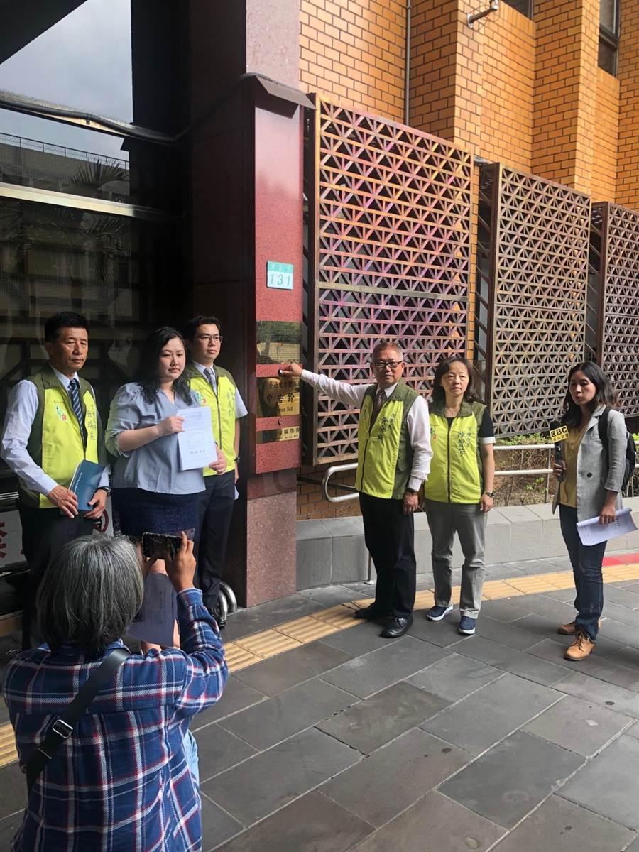 台北市藥師公會到北檢提告中華電信員工涉嫌偽造文書。(台北市藥師公會提供)