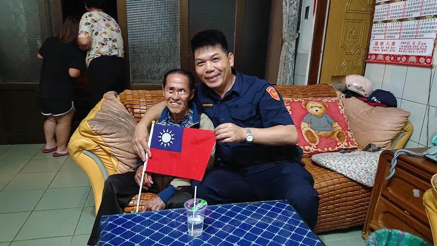 印尼男子(左)來台探親出去玩卻迷路,經警方協助後終於與姊姊重逢。(邱立雅翻攝)