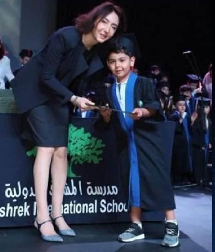 2019年5月,一位從戰火中被搶救回來的「小王子」Ameer(右),從約旦公主(左)手中接下幼稚園畢業證書。(圖/慈濟基金會提供)
