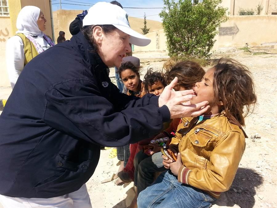 小王子Ameer的外婆(左)是長期關懷敘利亞難民的慈濟志工─Lily,中文的法號是「慈力」。(圖/慈濟基金會提供)