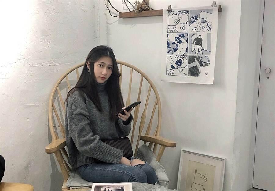 黃習瑄從小就喜歡動物,她呼籲,用行動支持領養代替購買。(葉書宏翻攝)