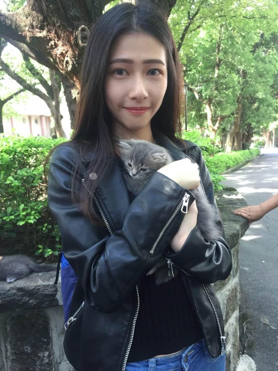 真理大學財政稅務學系四年級學生黃習瑄從小就喜歡動物,她呼籲,用行動支持領養代替購買,許「浪浪們」都有一個溫暖的家。(葉書宏翻攝)