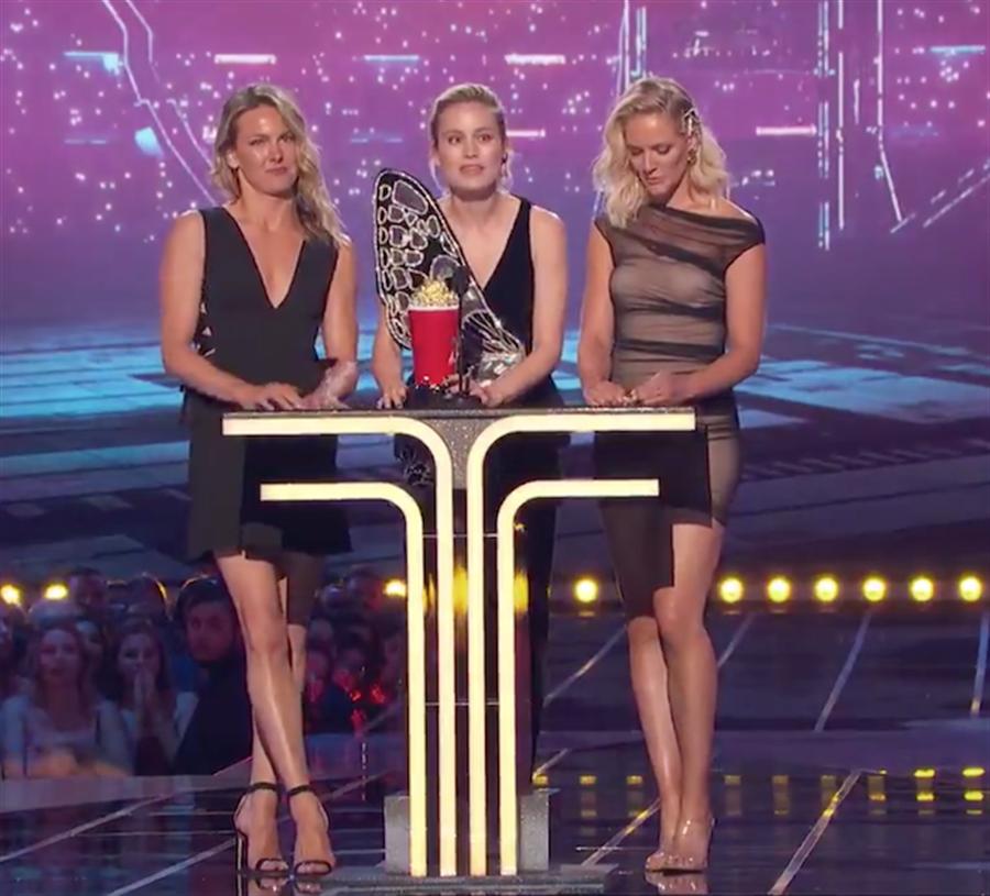 布麗拉森和身形相似的替身共同上台,並邀請她們一起發表得獎感言。(截自MTV影片)