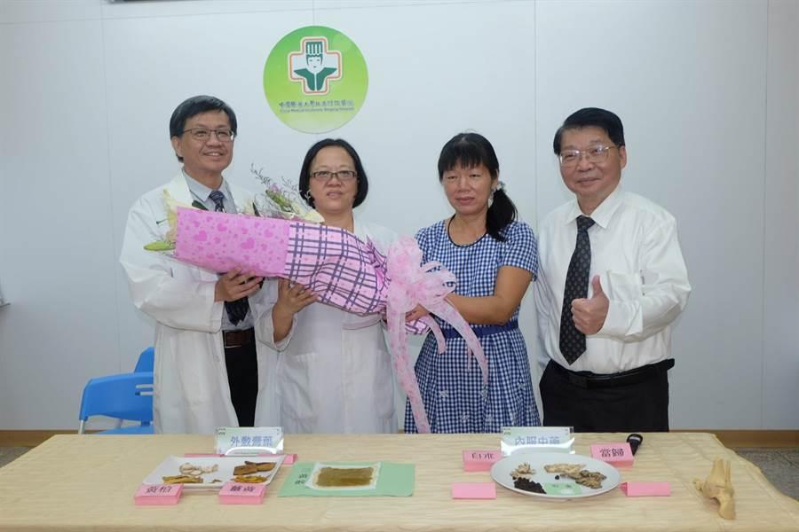 陳小姐(右二)感謝媽祖醫院中醫合療,讓她蹠骨骨裂1個月就復原。(張朝欣攝)