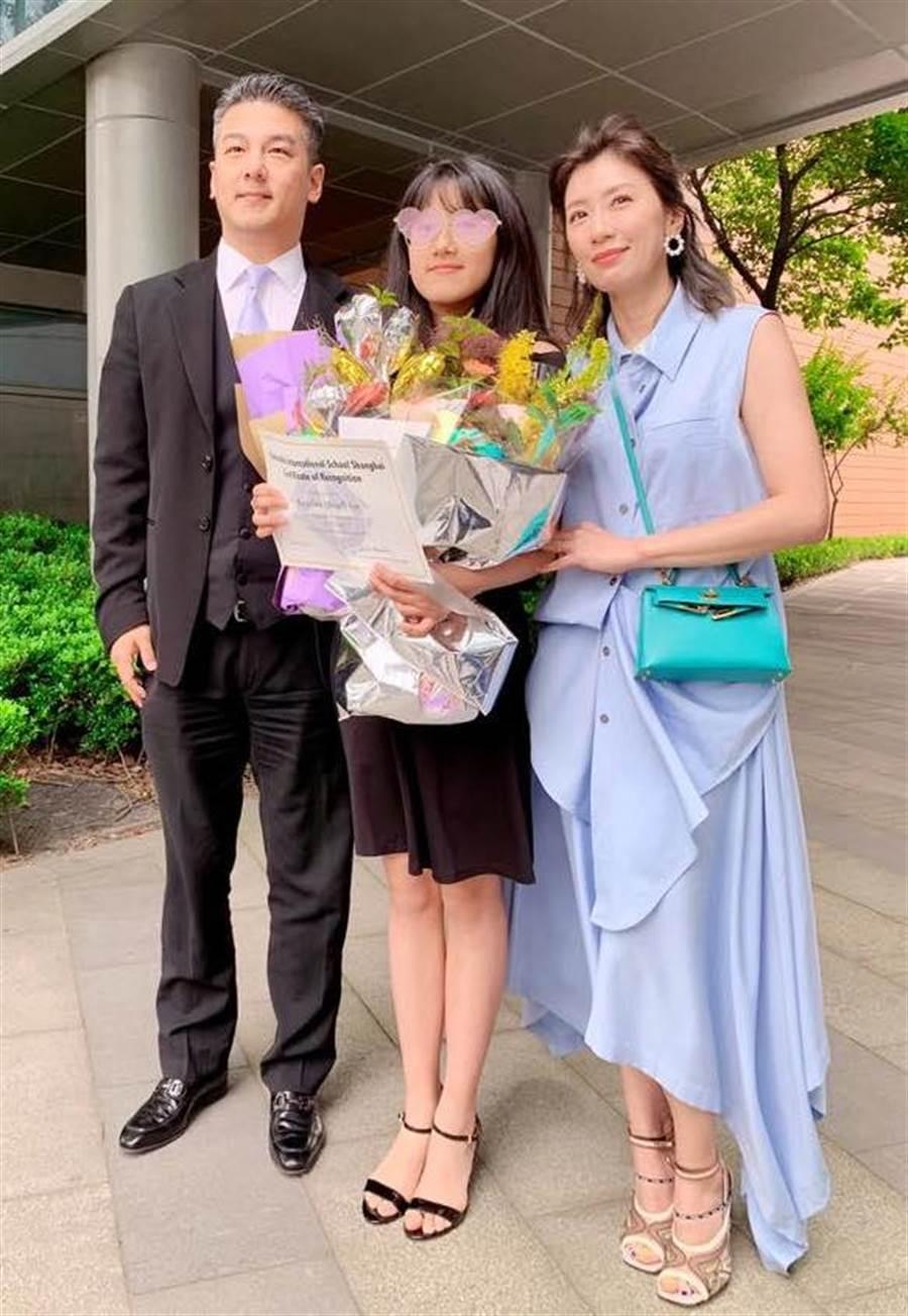賈靜雯與前夫孫志浩日前在女兒Angel的畢業典禮同框。(取材臉書)