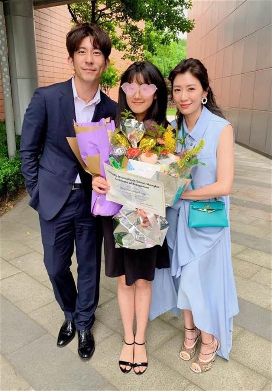 賈靜雯與修杰楷一起出席Angel的畢業典禮。(取材臉書)