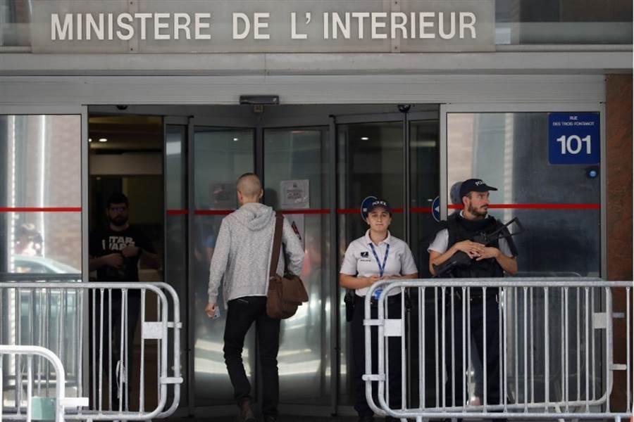 普拉提尼在巴黎西郊的司法警察反貪污辦公室遭到訊問,門外有警察站崗。(美聯社)