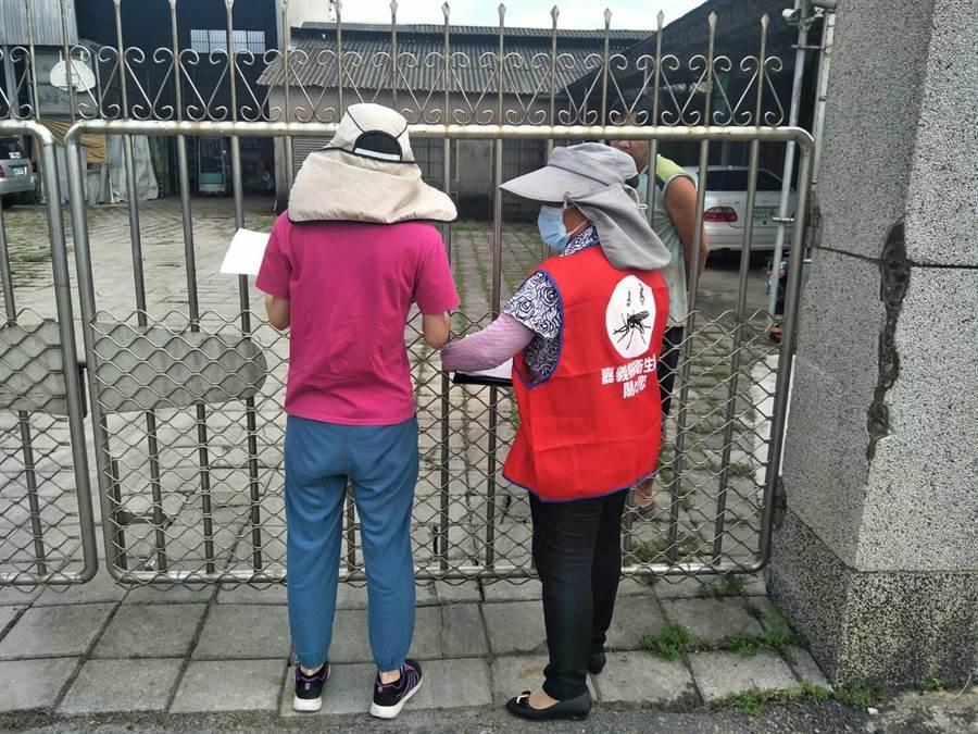 嘉義縣防疫人員進行日本腦炎防治並宣導。(張亦惠翻攝)