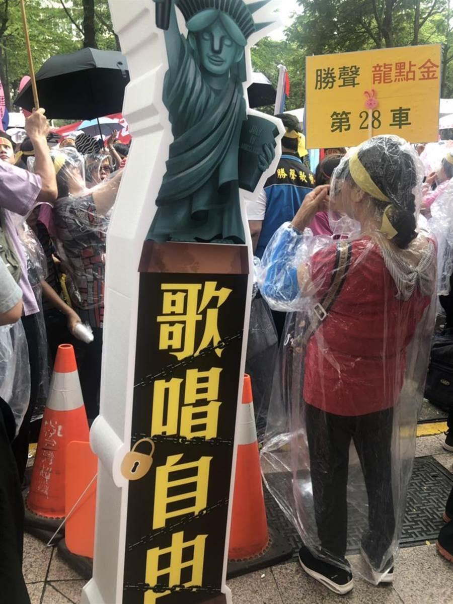 (圖說:今天歌唱班、老人會、伴唱機業者乘坐31台車,共1500位前往智慧財產局抗議,要求修法杜絕歌曲授權被單一業者壟斷惡行。/王玉樹攝)