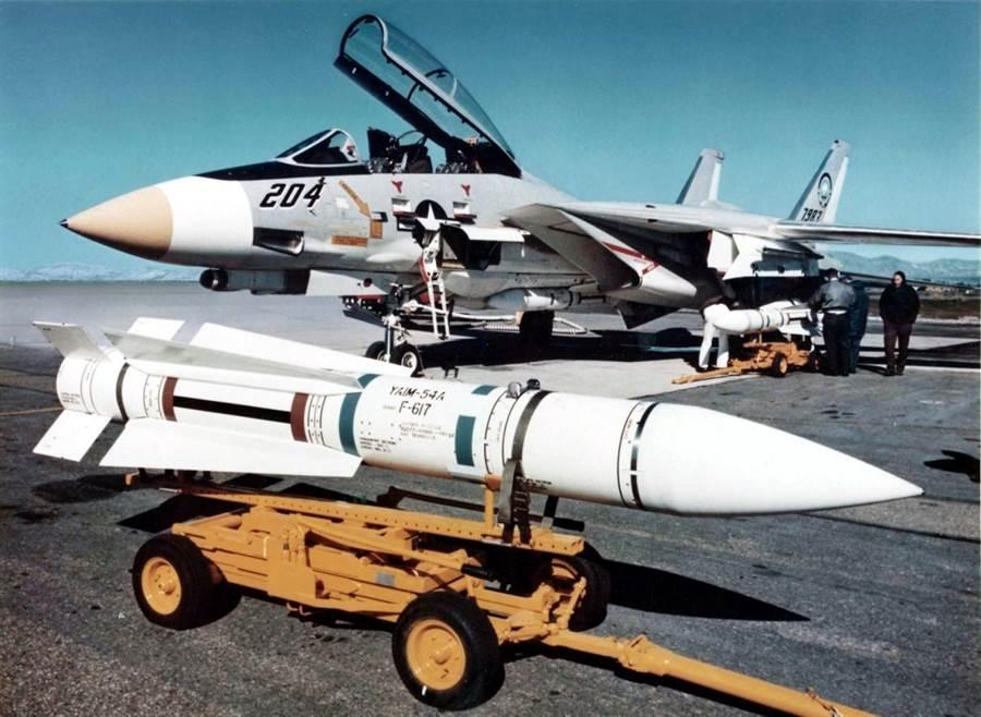 F-14問世之初,就配有世界第一種射後不理空對空飛彈的AIM-54鳳凰飛彈,不過美國海軍的2次發射都落空,反而是伊朗空軍將鳳凰飛彈應用到淋漓盡致,擊落相當多敵機。(圖/美國海軍)