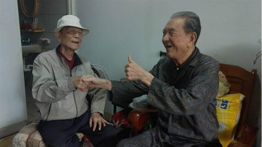 宜蘭頭城86歲民眾蔡中茂(左)年輕時放棄到日本留學與成家的機會,只為照顧小他3歲瘖啞又失明弟弟蔡木火(右),兄弟倆相依為命至今已47年。(中央社)