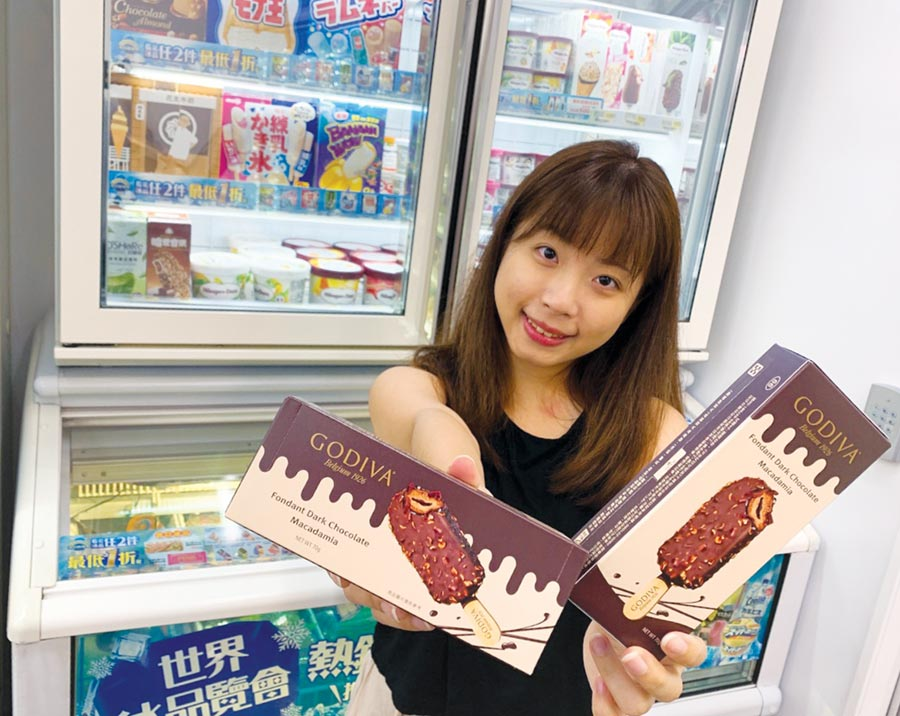 7-ELEVEN再攜手GODIVA,推全新「GODIVA夏威夷果仁黑巧克力流心雪糕」,限量25萬支,全台5,500店獨家販售。圖/7-ELEVEN