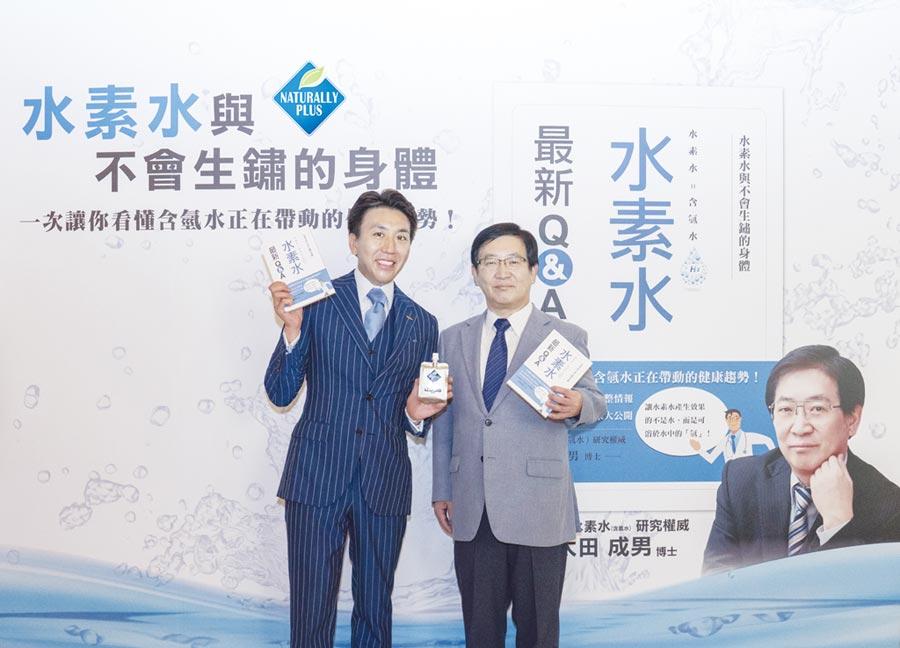 環貫綠佳利董事長松延光泰(左)與太田成男博士(右)共推含氫水的預防醫學概念。圖/業者提供