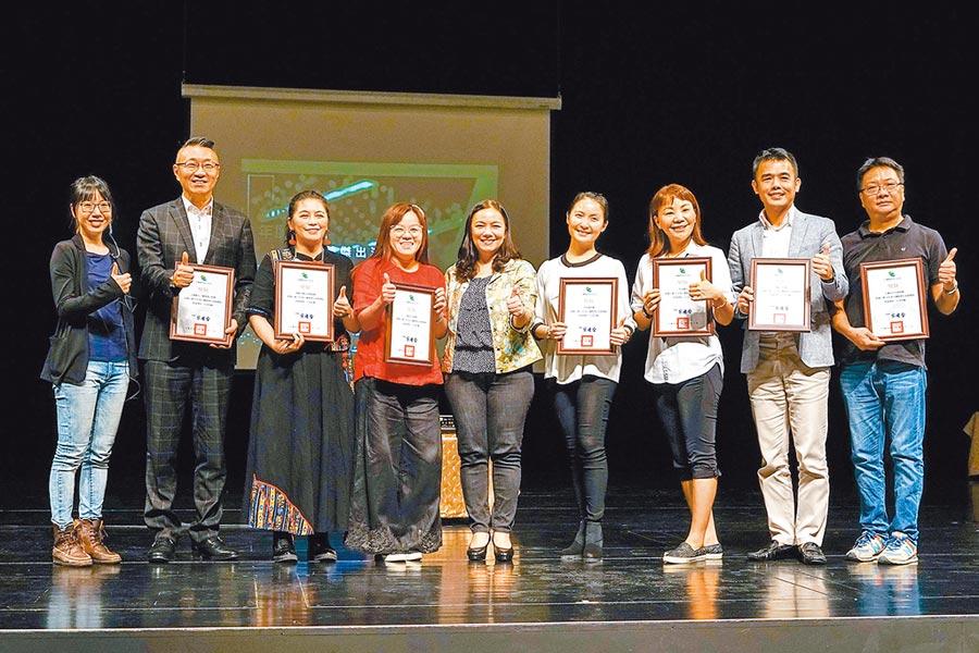 宜蘭縣文化局昨日舉辦傑出團隊頒獎典禮,今年有7組團隊入選,文化局將提供他們縣內重大活動演出機會、促使團隊永續經營。(李忠一攝)